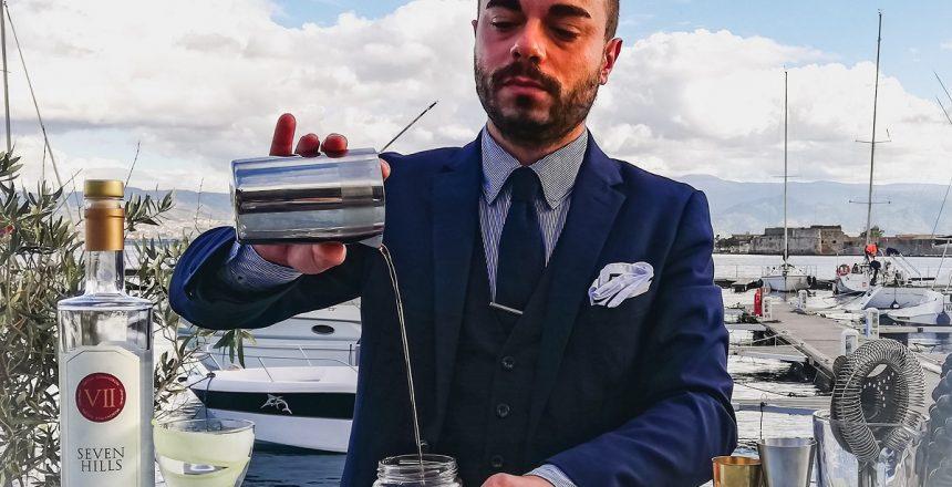 Il bartender Christian Costantino mentre prepara il Negroni No-Age (foto di Berenice Verga)