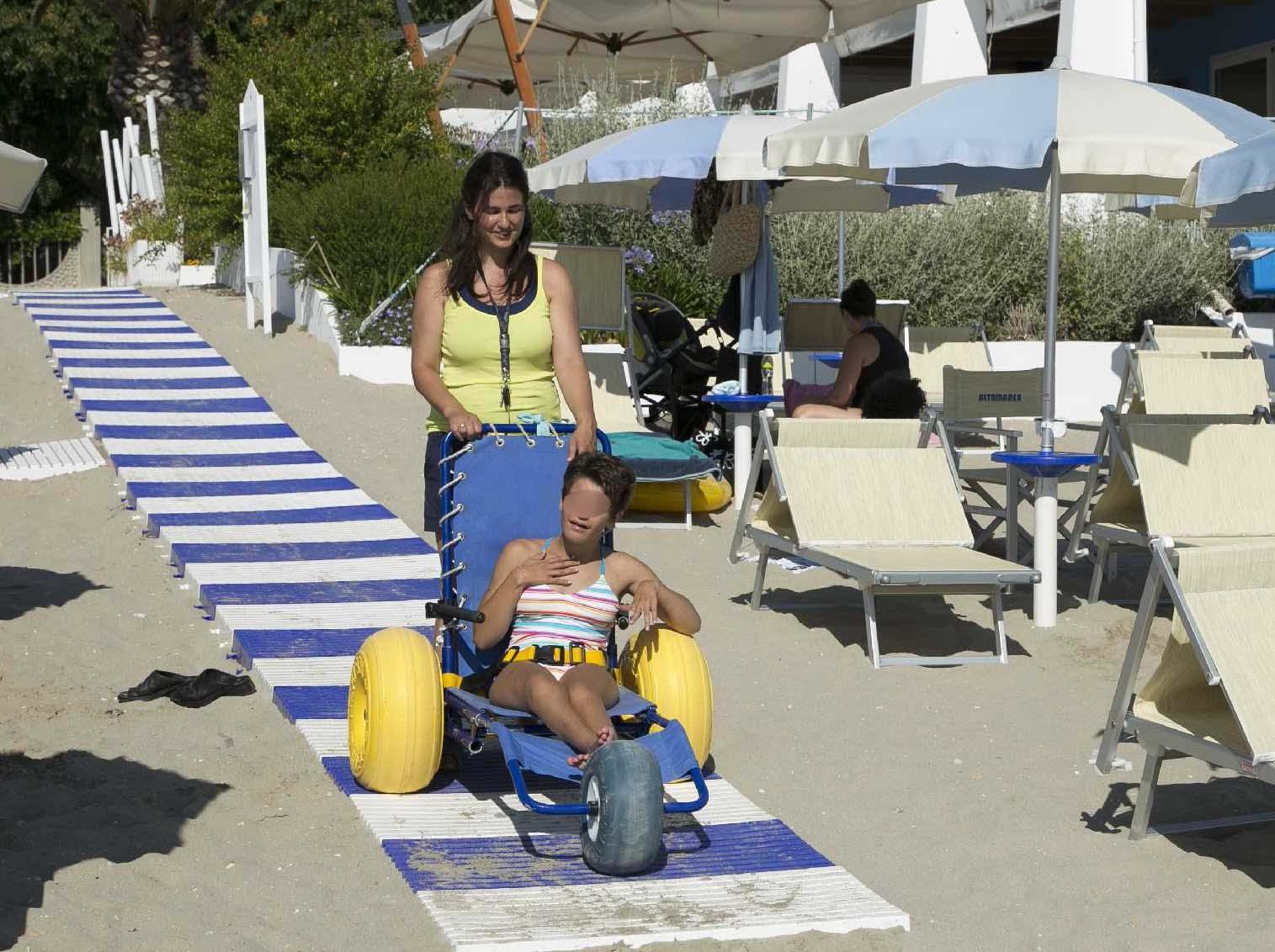 Puglia la regione regala le sedie per disabili ai balneari